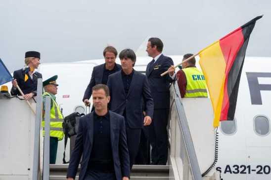 Fußball WM 2018 Russland: Joachim Löw und Oliver Bierhoff - Deutschland - Die Mannschaft - Ankunft in Moskau am 12.06.2018 - Foto: FIFA