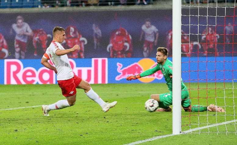 Fußball Bundesliga, RasenBallsport Leipzig vs. VfB Stuttgart. Willi Orban (RB Leipzig) und Ron-Robert Zieler (Stuttgart). Foto: GEPA pictures/Sven Sonntag