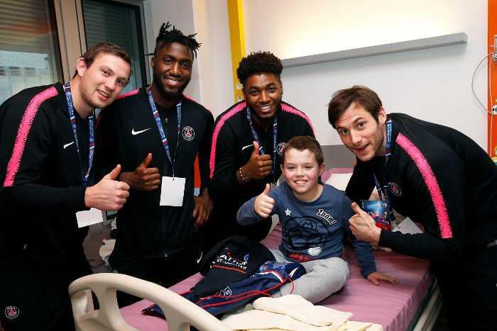 Uwe Gensheimer (re.) und Sander Sagosen (li.) von Paris Saint-Germain bei einem Kind im Krankenhaus - Foto: Paris Saint-Germain