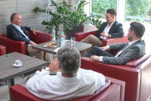 SPORT1 Interview mit Karl-Heinz Rummenigge und den SPORT1 Redakteuren Florian Plettenberg (hinten Mitte) und Stefan Kumberger (r.). Copyright: SPORT1 / Marc Tirl