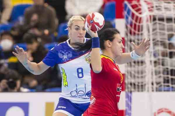 Handball WM 2019 - Anna Sen (8) und Cristina Neagu - Russland vs. Rumänien - Copyright: IHF