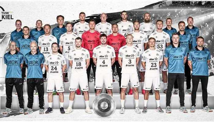 THW Kiel - Handball Bundesliga und Champions League Saison 2020-2021 - Reihe von links nach rechts: Dr. Frank Preis, Dr. Detlev Brandecker, Miha Zarabec, Niclas Ekberg, Domagoj Duvnjak, Sven Ehrig, Rune Dahmke, Filip Jicha, Christian Sprenger. Reihe von links nach rechts: Stephan Lienau, Steffen Weinhold, Sander Sagosen, Niklas Landin Jacobsen, Dario Quenstedt, Harald Reinkind, Nikola Bilyk, Viktor Szilagyi. Reihe von links nach rechts: Maik Bolte, Michael Menzel, Jan Bock, Magnus Landin Jacobsen, Patrick Wiencek, Hendrik Pekeler, Pavel Horak, Hinrich Brockmann, Mattias Andersson - Copyright: THW Kiel / Liqui Moly HBL