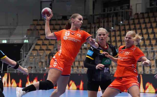Handball Deutschland vs. Niederlande am 03.10.2020 - Danick Snelder, Shenia Minevskaja und Larissa Nusser (v.r.) - Foto: NHV