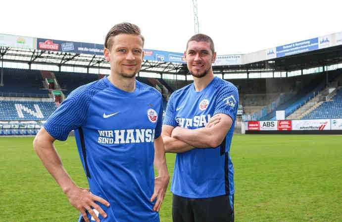 Fußball 3. Liga - FC Hansa Rostock Sonder-Trikot - Bentley Baxter Bahn und Damian Roßbach - Copyright: © F.C. Hansa Rostock