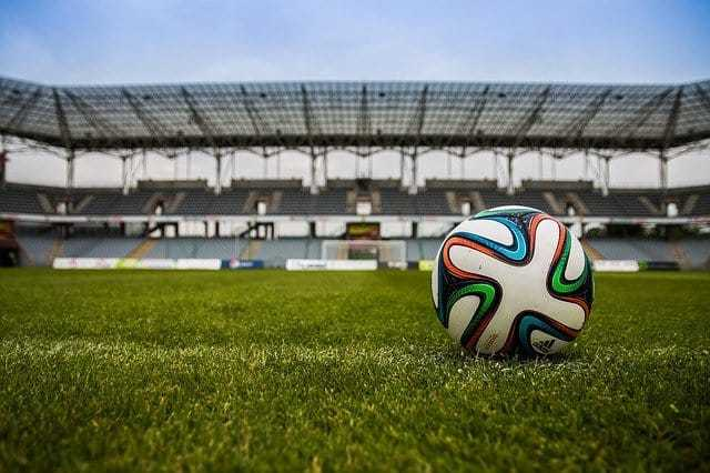 Fußball EM 2021 ⇒ Ticketchaos allerorten. Copyright: https://pixabay.com/de/photos/fußball-kugel-feld-stadion-spiel-488714/ - Lizenz: Pixabay Licence. Bild vonMichal JarmolukaufPixabay.