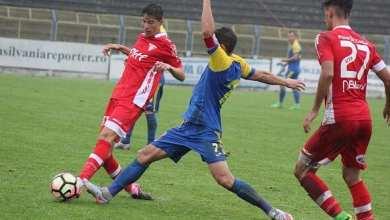 """Photo of Al doilea Miculescu în """"alb-roșu""""! David a debutat la 16 ani și 4 luni cu tricoul lui Man: """"Vreau să-mi depășesc tatăl, să joc cu UTA în Liga 1"""""""