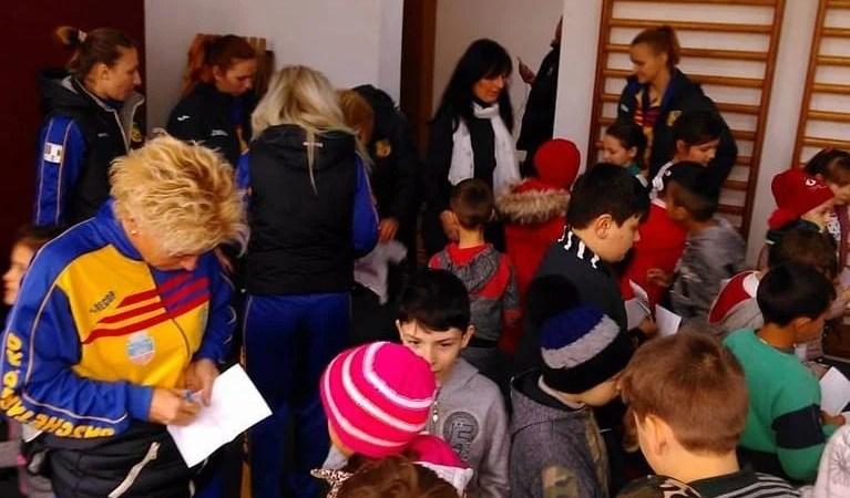 Fetele de la FCC ICIM au colindat judeţul pentru pune umărul la reabilitarea Secției de Boli Infecţioase Copii Arad