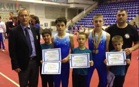 """Cinci medalii pentru arădeanul Vîț la """"naționalele"""" școlare la gimnastică artistică"""