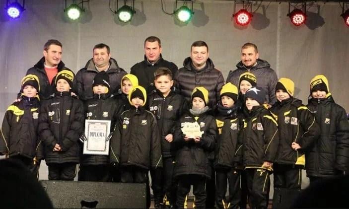 """Povestea (de Crăciun) a grupei campioane la """"Gheorghe Ola"""": """"O mândrie, dar scopul final e să scoatem fotbaliști pentru Arad, pentru UTA"""""""