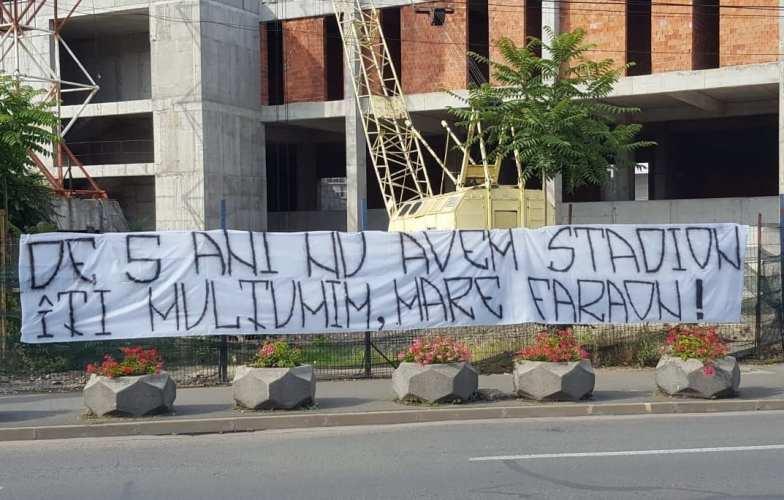 """Mesajul suporterilor UTA-ei pentru primarul Falcă la plecarea spre Bruxelles: """"De 5 ani nu avem stadion/ Îţi mulţumim, mare faraon!"""""""