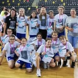 """Tinerele baschetbaliste arădene au făcut-o mândră pe Moni Brosovszky, ambasadoarea proiectului """"Her world, her rules"""" în România"""