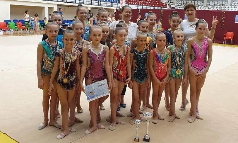 Gimnastica ritmică a trecut la un alt nivel (și) pe timp de pandemie: 32 de arădence intră în concursul internațional online!