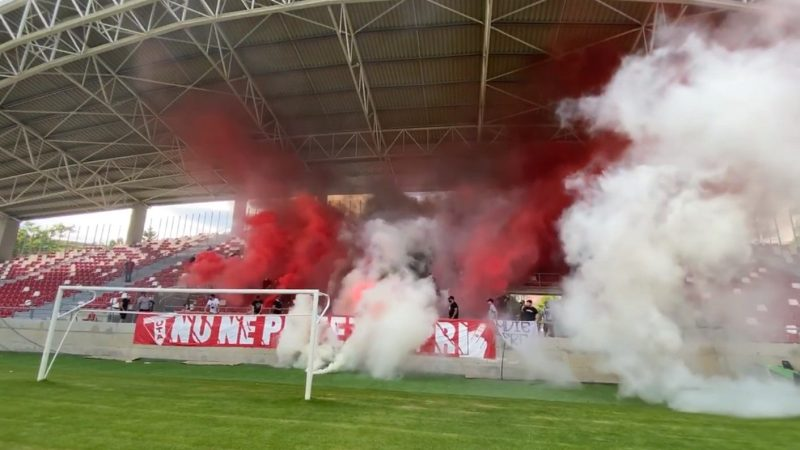 """Fanii arădeni au inaugurat peluza de pe """"Francisc Neuman"""" cu scandări anti-FRF și """"De la Dunăre la Sena"""""""