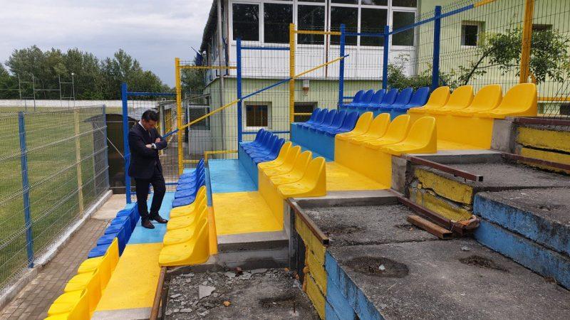 """Tribuna I a arenei din Pecica se """"îmbracă"""" în scaune, primarul Antal promite: """"Vom susține și pe mai departe fotbalul și sportul"""""""