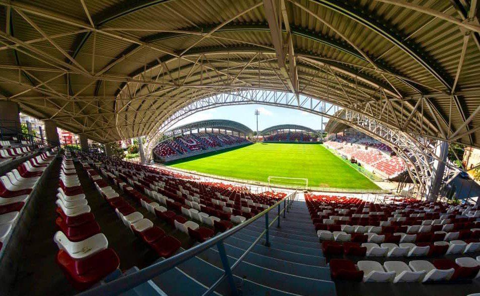 """Încă o lună până la inaugurarea arenei """"Francisc Neuman""""? Fanii – indignați de """"bannerele tip perdea"""" ce învelesc stadionul, dar soluția ar trebui să fie una provizorie!"""
