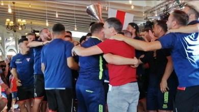 Photo of Aradul își sărbătorește campionii: Utiștii le-au prezentat fanilor trofeul Ligii a 2-a într-o seară de gală, în care s-a vorbit inclusiv despre Europa!