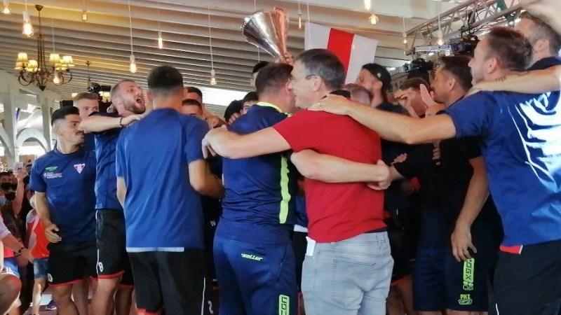 Aradul își sărbătorește campionii: Utiștii le-au prezentat fanilor trofeul Ligii a 2-a într-o seară de gală, în care s-a vorbit inclusiv despre Europa!