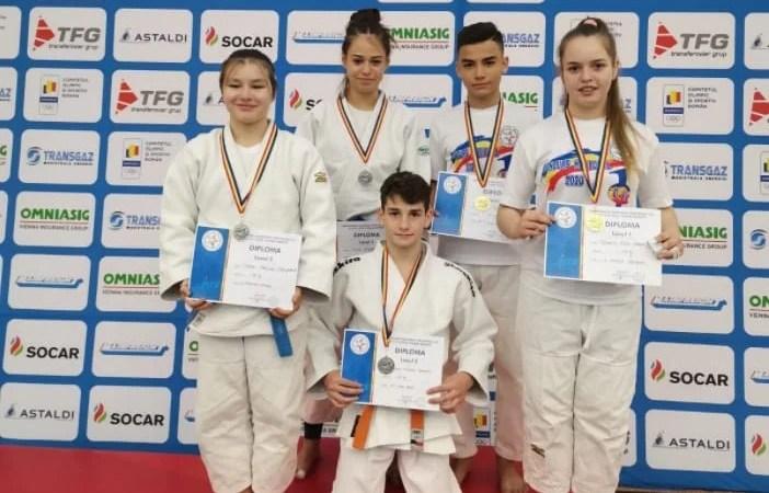 """Judoka arădeni au strălucit la """"naționalele"""" U16 de la Poiana Brașov: Tudorache și Tuduce s-au întors acasă cu """"aurul"""", Szabo, Voica și Găman, cu """"argintul"""""""