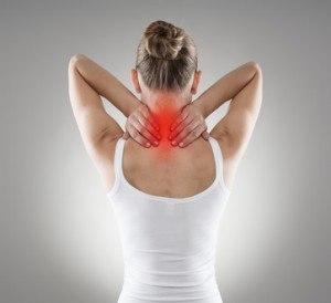 Rückansicht eines schmerzenden Nackens einer Frau