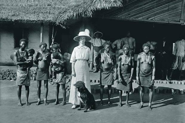 Конго. Женщина из Бельгии с грюнендалем, в окружении местных жительниц