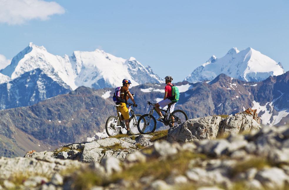 ENGADIN ST. MORITZ: Mountainbiker auf der Padella-Corviglia-Panoramatour.