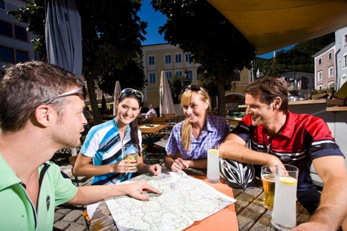 Tauernradweg Salzburgerland: Die Besprechung der nächsten Etappe findet in der Beiz mit einer kühlenden Erfrischung statt.