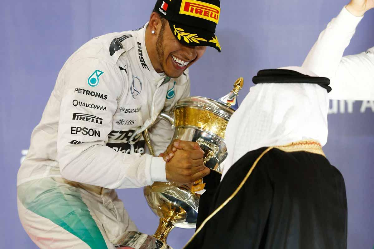 GP-Bahrain2015-Pokalübergabe-Scheich-Hamilton