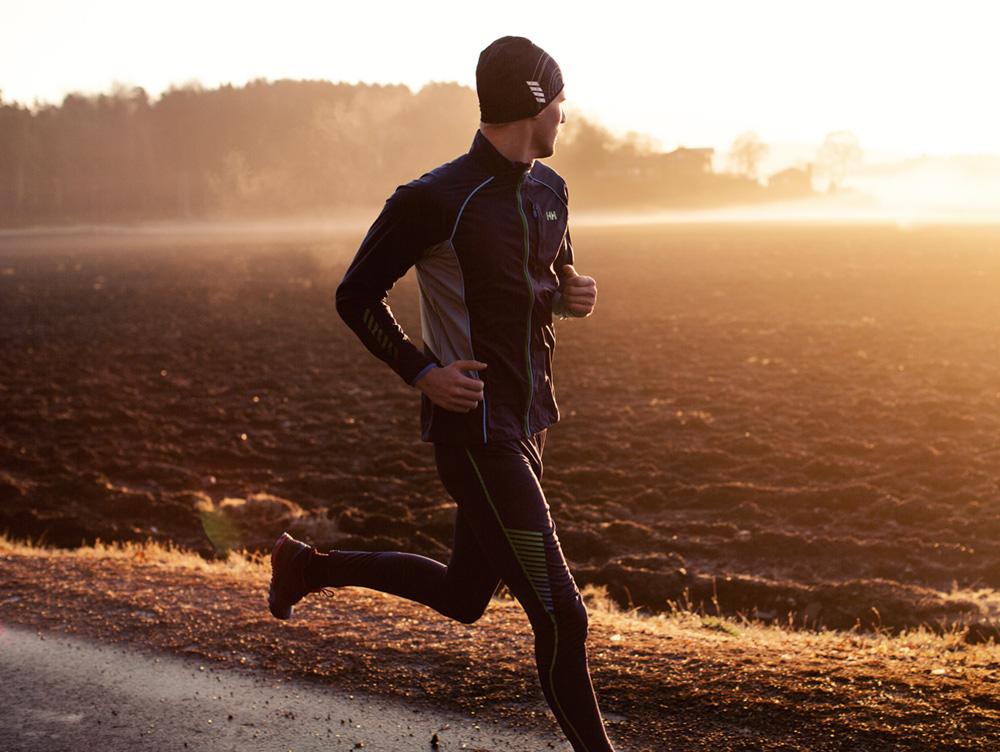 L'abbigliamento da uomo per la corsa in inverno di Helly Hansen