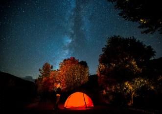Campeggiare di otte sotto le stelle