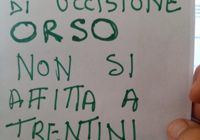 Causa uccisione orso niente casa ai trentini: il cartello delle polemiche apparso in Puglia
