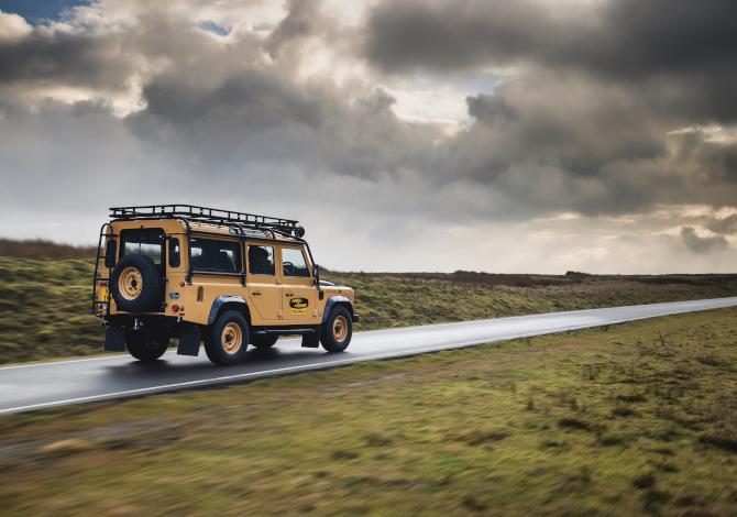 Torna il vero Defender: 25 esemplari Works V8 Trophy in vendita nel 2021