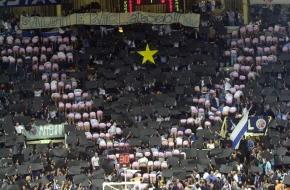 04/12/99 - Derby bolognese di andata fra Paf Fortitudo (maglia bianca) e Kinder Virtus (maglia nera) nel campionato italiano di  basket 1999/2000 - la coreografia iniziale dei tifosi fortitudini: una grande V (simbolo della Virtus) fatta di culi