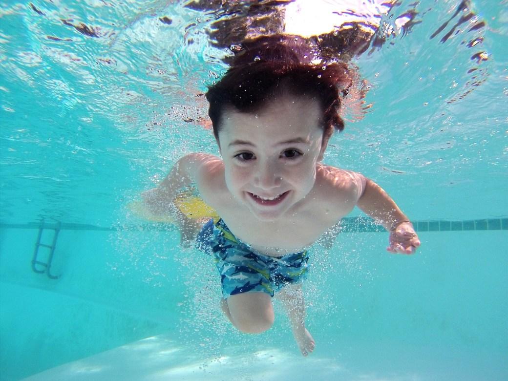 Enfant qui apprend à nager : couloir de nage