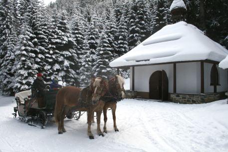 Waldkapelle bei der Schlittenfahrt