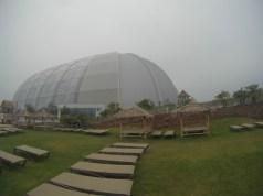 tropical-islands-amazonia-aussenbereich-liegewiese-pavillons