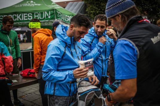 transalpinerun-run2-etappe-1-Garmisch-Partenkirchen-Nassereith-Alpen-Blogger-Trailrunning-11-gepaeckkontrolle-check-in-gore-tex
