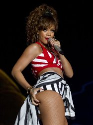 -rihanna-at-rock-in-rio--1317042258-view-1_MTU5MjQwOTAxOTA5MjI2NzEw