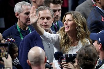9356770-6664263-Stunning_Gisele_waved_to_the_fans_as_she_made_her_way_down_the_f-a-104_1549255135473_MTYxNzYyMzQ4MDkxMzg1NDY5