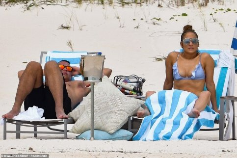10856254-6797263-No_worries_The_couple_chilled_out_on_some_beach_chairs_despite_t-a-3_1552379861780_MTYyNTk2OTgyNjQzMjM4MDM2