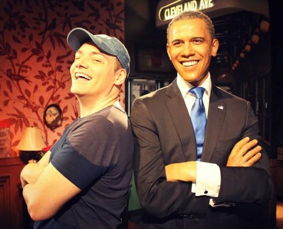 Igor Righetti in posa con la statua di cera di Barack Obama nel museo Madame Tussauds. Foto Grigore Scutari