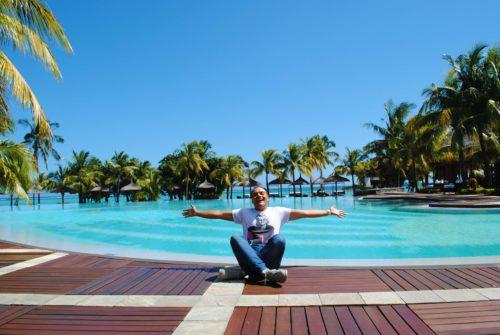 La meravigliosa piscina del resort Dinarobin affacciata sul mare