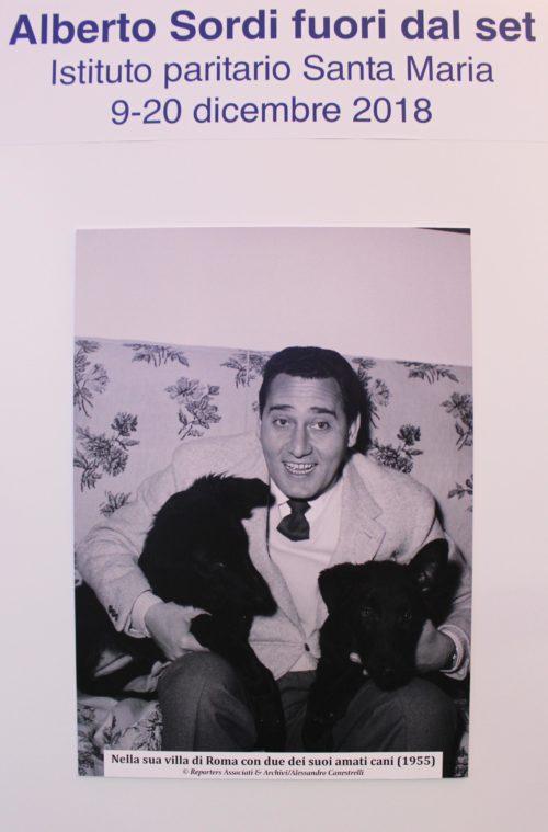 Alberto Sordi nella sua villa di Roma con due dei suoi amati cani (1955)