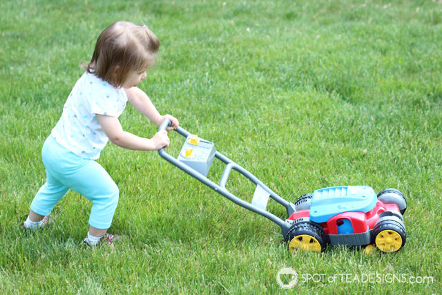 8 must have backyard toys for #toddlers - bubble mower | spotofteadesigns.com