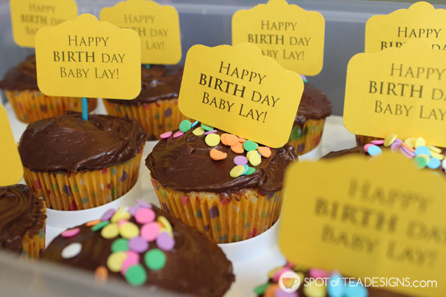 New baby welcome idea - BIRTH DAY cupcakes. post includes free printable for general design | spotofteadesigns.com