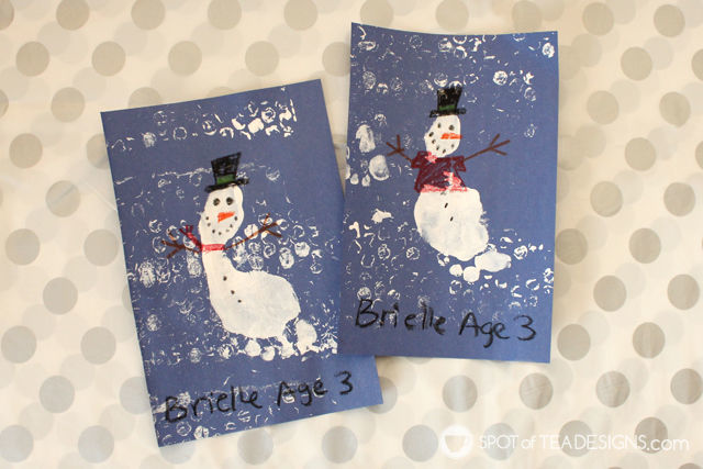 Winter Kids Craft Snowman Footprint with bubble wrap printmaking technique. #kidscraft #wintercrafts #printmaking | spotofteadesigns.com