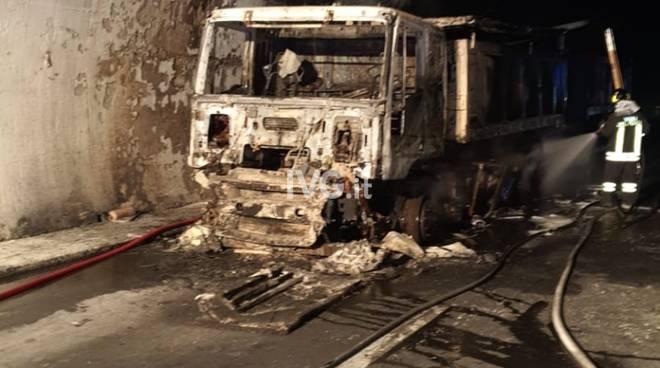 A fuoco camion sull'A10: 32 feriti e Aurelia in tilt