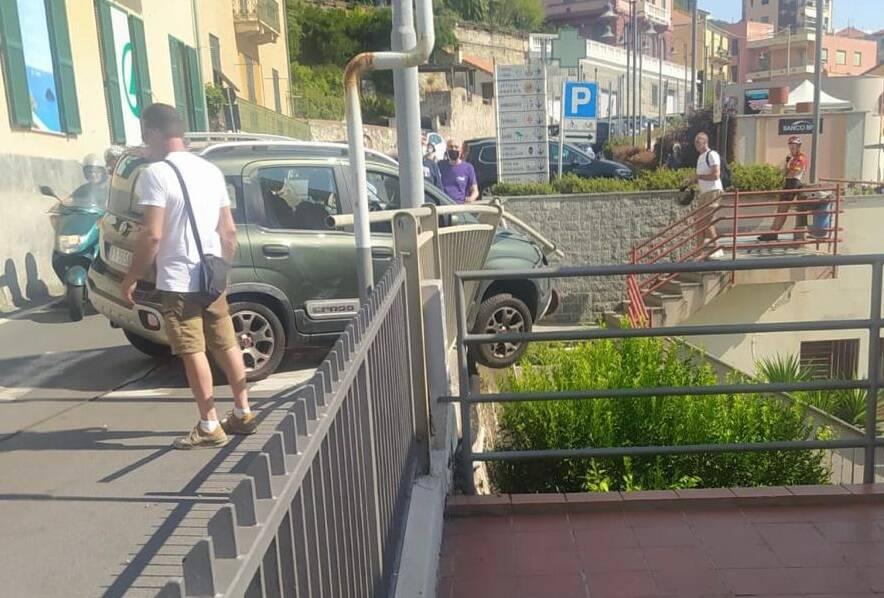 Bergeggi, auto sfonda un guard-rail e rischia di finire in un giardino