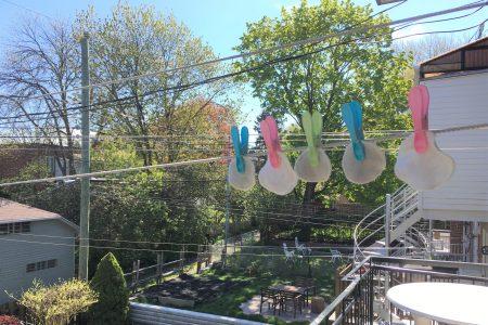 Rondelles de coton réutilisables séchant sur la corde à linge par une journée ensoleillée.