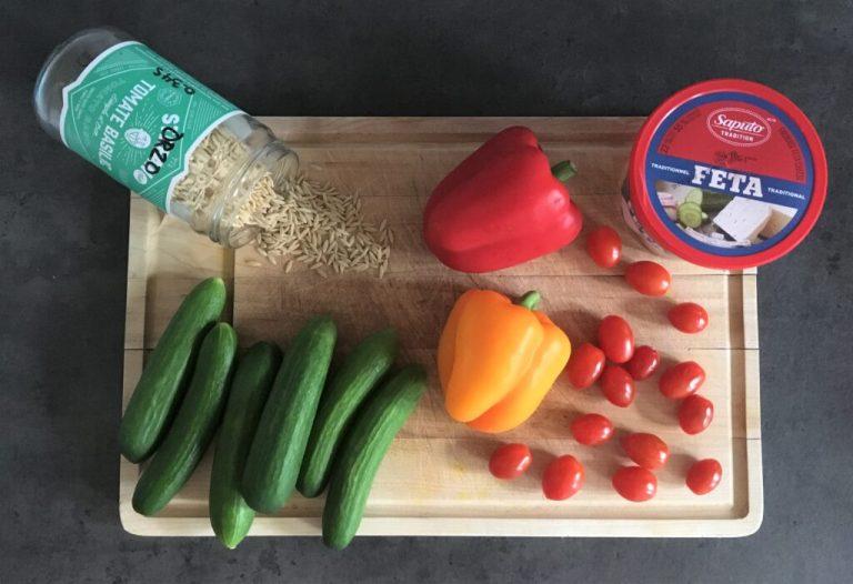 Concombres libanais, poivrons orange et rouge, tomates cerises, orzo et fromage feta pour réaliser un repas d'été!