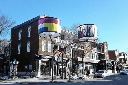 Aperçu de l'avenue Cartier, dans Montcalm, avec ses abats-jour colorés et une petite neige au sol.